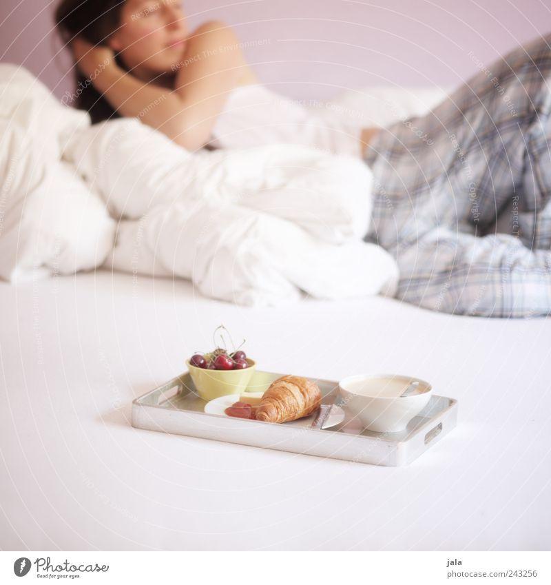 frühstück Frau Mensch Erwachsene feminin Ernährung Lebensmittel Frucht Wohnung liegen Getränk Kaffee Häusliches Leben Bett Geschirr Tasse lecker