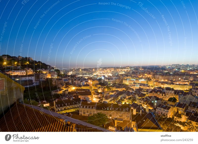 Twilight Zone Wolkenloser Himmel Sonnenaufgang Sonnenuntergang Sommer Schönes Wetter Lissabon Portugal Hauptstadt Altstadt Skyline bevölkert Haus ästhetisch