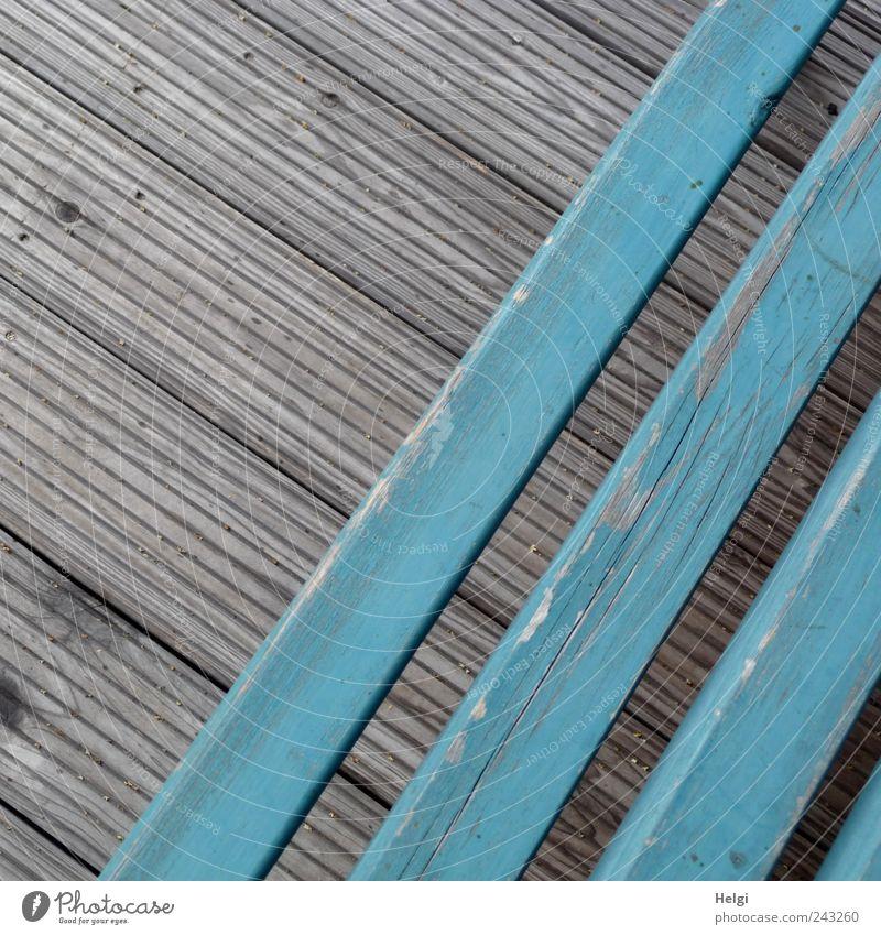 Diagonale alt blau Einsamkeit Holz grau Linie Perspektive ästhetisch Bank authentisch Freizeit & Hobby Häusliches Leben Vergänglichkeit einzigartig verfallen