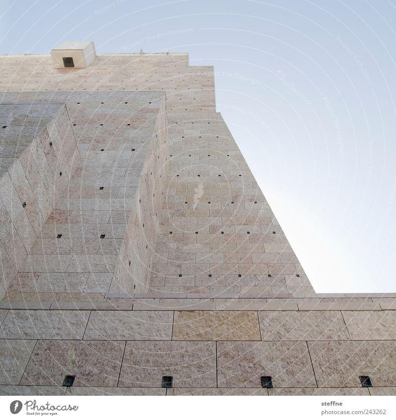 Pyramide Wand Mauer Fassade ästhetisch stark Schönes Wetter Museum Portugal Lissabon Pyramide Wolkenloser Himmel