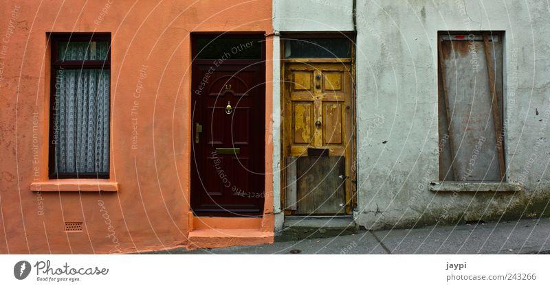 Gegensätze schön alt Haus Wand Fenster Mauer dreckig Tür Fassade neu kaputt Sauberkeit verfallen Verfall schäbig