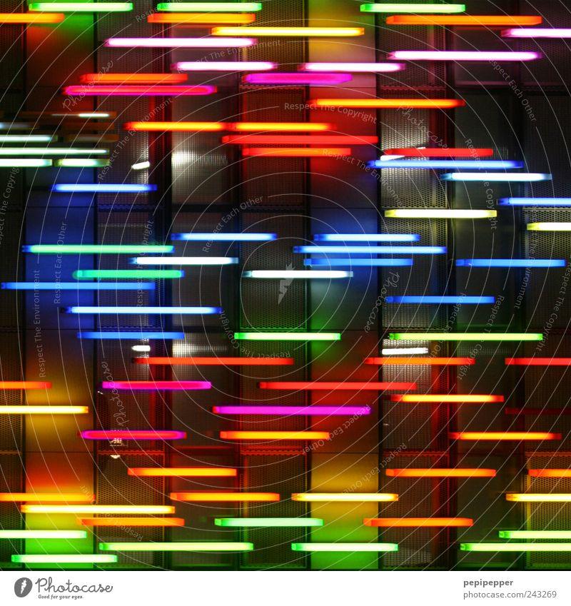 -_-__--_---_-- Lampe Hauptstadt Mauer Wand Fassade Linie Streifen leuchten verrückt schön mehrfarbig Energie Farbe Kitsch Lichterscheinung Farbfoto