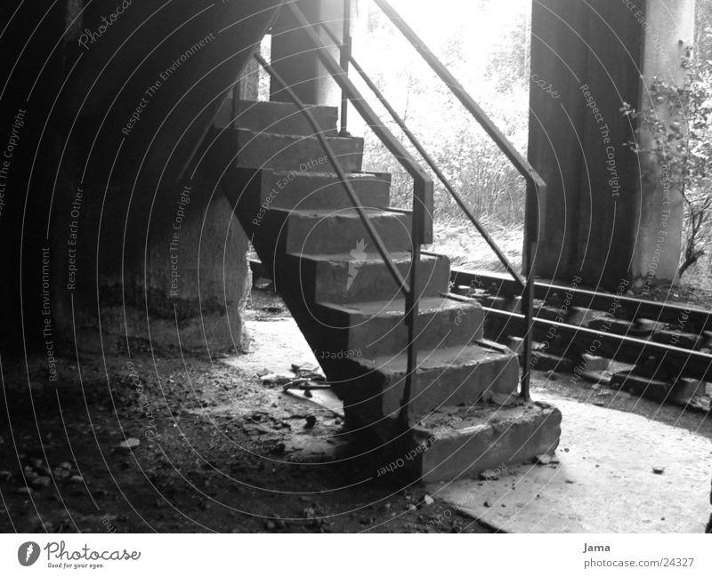 ausgedient Nostalgie Ruine Beton Gleise Zeche Architektur Treppe Industriefotografie Schwarzweißfoto