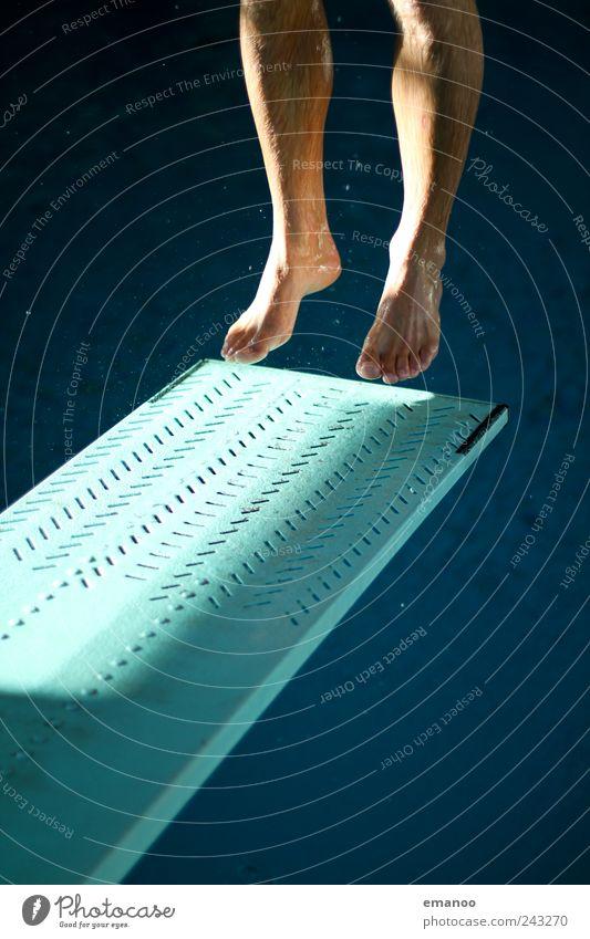 Springboard Mensch Mann blau Wasser Freude Erwachsene Sport Bewegung springen Beine Fuß Kraft Freizeit & Hobby fliegen hoch Schwimmen & Baden