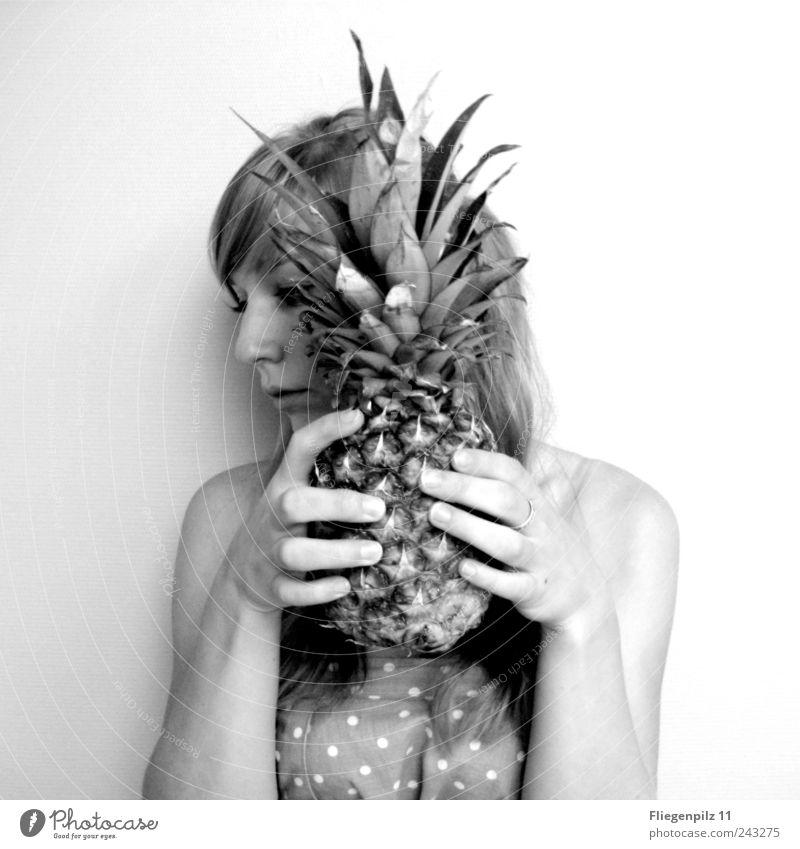 hinter der Ananas Mensch Hand Jugendliche schön ruhig feminin Kopf Haare & Frisuren Denken Frucht Stoff festhalten berühren Punkt verstecken Junge Frau