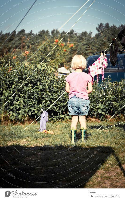 Sonnenseite Mensch Kind grün Ferien & Urlaub & Reisen Mädchen Wiese Kindheit blond Freizeit & Hobby Seil stehen Sträucher Kleinkind Camping Gummistiefel