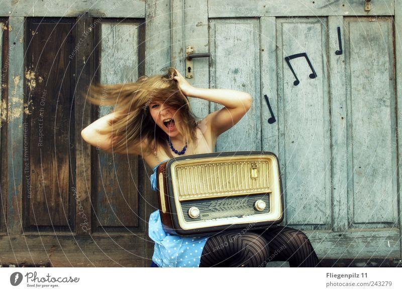 turn the radio on! Mensch Jugendliche blau Freude feminin Gefühle Stil Haare & Frisuren Stimmung Musik blond Tür sitzen retro bedrohlich Kleid