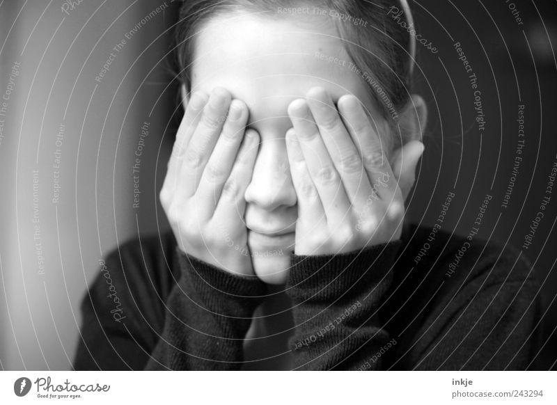 Eckstein, Eckstein... Spielen Kinderspiel verstecken Mädchen Kindheit Jugendliche Leben Gesicht Hand 1 Mensch 8-13 Jahre festhalten machen warten grau Gefühle