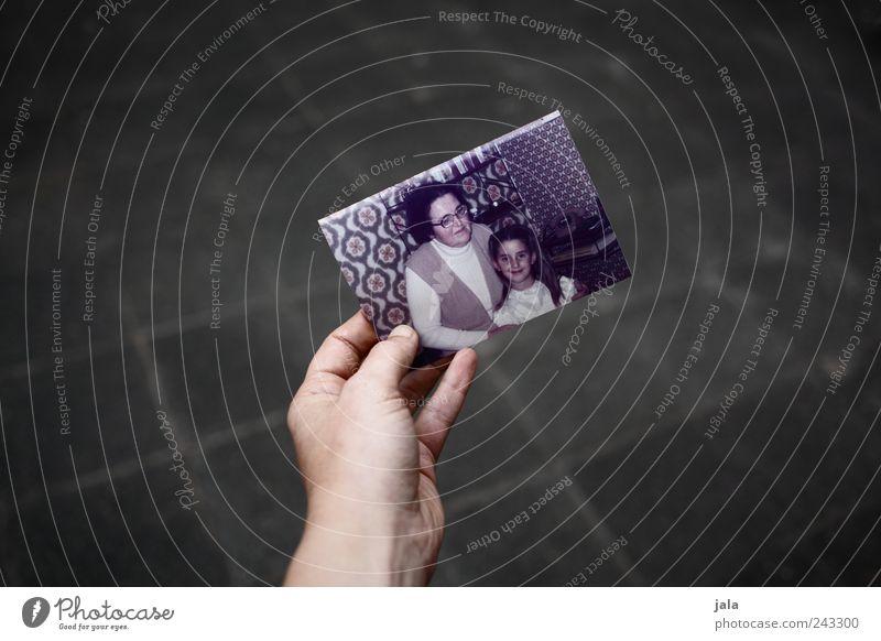 erinnerung Mensch Frau Hand Mädchen Erwachsene Fotografie Großmutter Vergangenheit Erinnerung früher Souvenir Ehre Kind Senior haltend