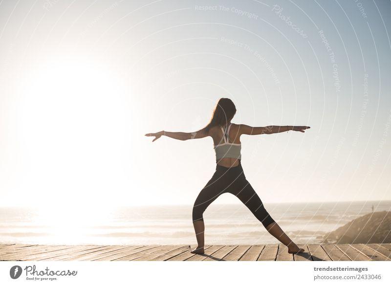 Frau Mensch Himmel Ferien & Urlaub & Reisen Natur Sommer schön Meer Erholung Strand Lifestyle Erwachsene Glück Körper Fröhlichkeit Fitness