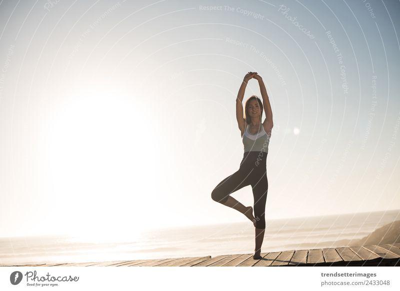Fitte Frau bei Sonnenuntergang am Strand Lifestyle Körper Wellness Erholung ruhig Meditation Freiheit Meer Sport Yoga Erwachsene Natur Himmel Fitness Energie
