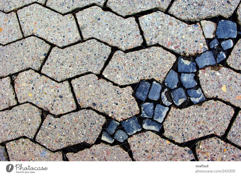 Wundheilung Pflastersteine Pflasterweg Baustelle Straße Wege & Pfade Stein Beton blau grau schwarz Ordnung Symmetrie perfekt Bruch Lücke Asymmetrie Störung
