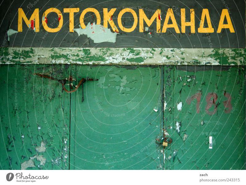 Motokomanda Haus Ruine Mauer Wand Garage PKW Motorrad Holz Zeichen Schriftzeichen Ziffern & Zahlen Ornament Schilder & Markierungen alt kaputt gelb grün