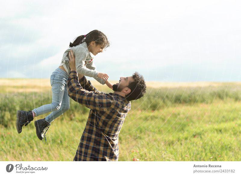 Vater und Tochter Mensch Mädchen Mann Erwachsene Eltern 2 3-8 Jahre Kind Kindheit 30-45 Jahre genießen tragen Liebkosen Liebe Vatertag Hebevorrichtung
