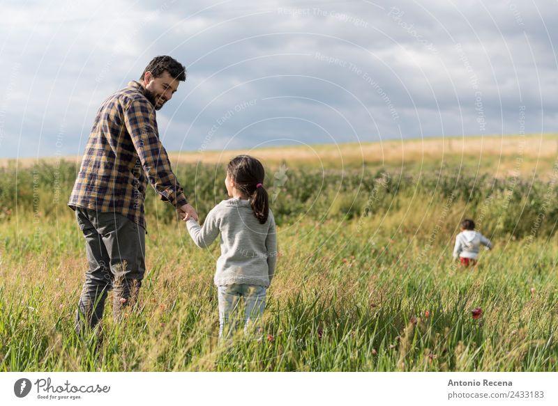 Vatertag Spielen Kind Baby Kleinkind Mädchen Junge Mann Erwachsene Eltern Geschwister Familie & Verwandtschaft Kindheit Blume Wiese Umarmen Geborgenheit Arabien