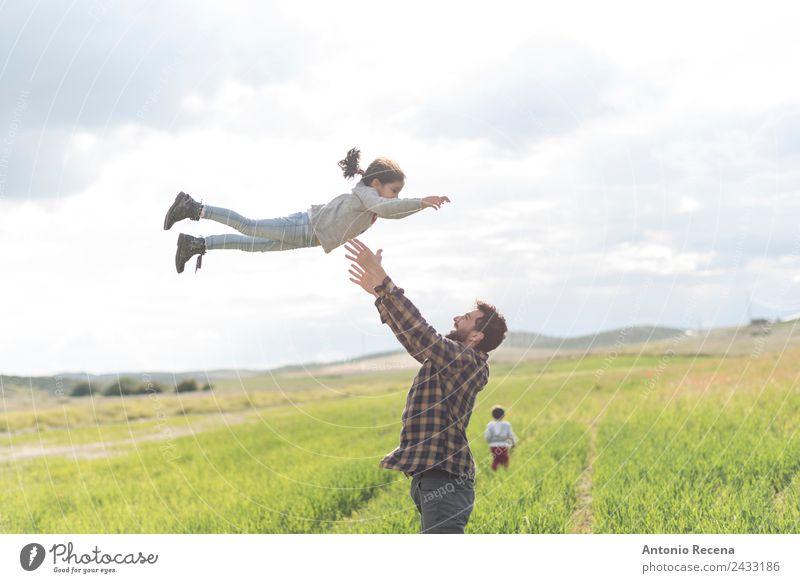 Vater springt Spielen Kind Mensch Mann Erwachsene Eltern Familie & Verwandtschaft Kindheit 3 1-3 Jahre Kleinkind 3-8 Jahre 18-30 Jahre Jugendliche Blume Wiese