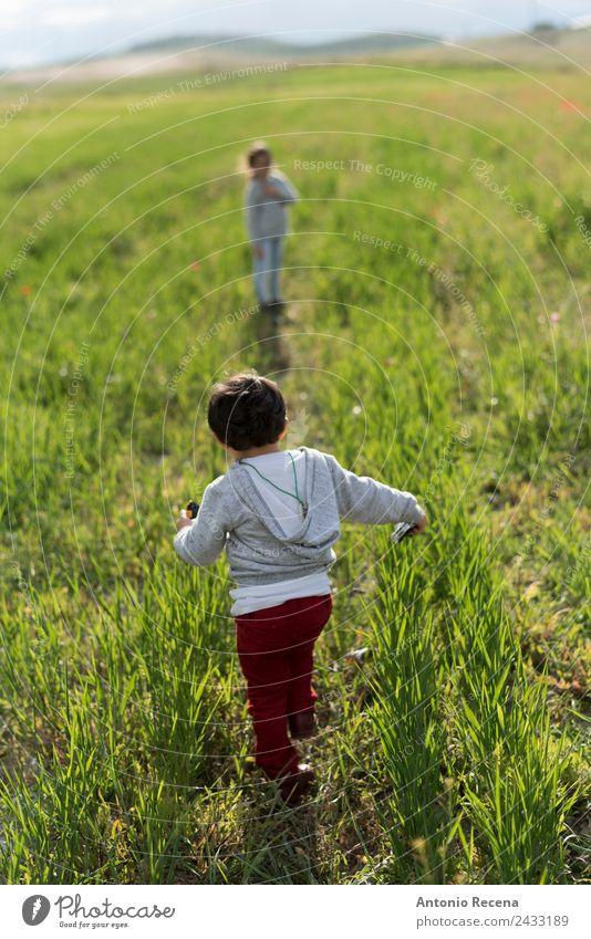 der Weg Spielen Kind Mensch Mädchen Junge Geschwister Bruder Schwester Kindheit 2 1-3 Jahre Kleinkind 3-8 Jahre genießen rennen Hermandad laufen Frühling Feld