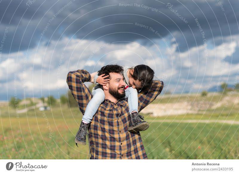 Vater und Tochter spielen bei bewölktem Himmel im Freien Spielen Kind Mädchen Mann Erwachsene Eltern Familie & Verwandtschaft Kindheit 2 Mensch 3-8 Jahre