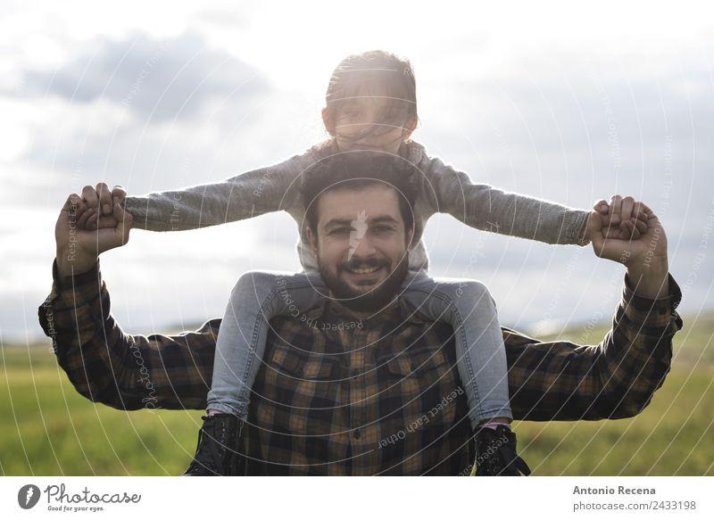 Vaterschaft Spielen Kind Mädchen Mann Erwachsene Eltern Familie & Verwandtschaft Kindheit 2 Mensch 3-8 Jahre 18-30 Jahre Jugendliche Blume Wiese Umarmen Arabien