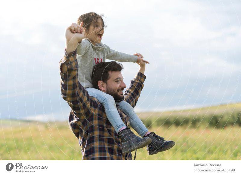 Vater und Tochter Spielen Kind Mädchen Mann Erwachsene Eltern Familie & Verwandtschaft Kindheit 2 Mensch 3-8 Jahre 18-30 Jahre Jugendliche Blume Wiese Umarmen