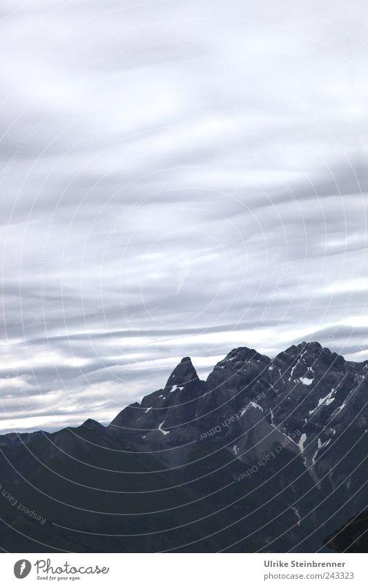 Auf Augenhöhe Himmel Natur Sommer Wolken ruhig Einsamkeit kalt dunkel Berge u. Gebirge oben Landschaft Umwelt grau hoch Felsen groß