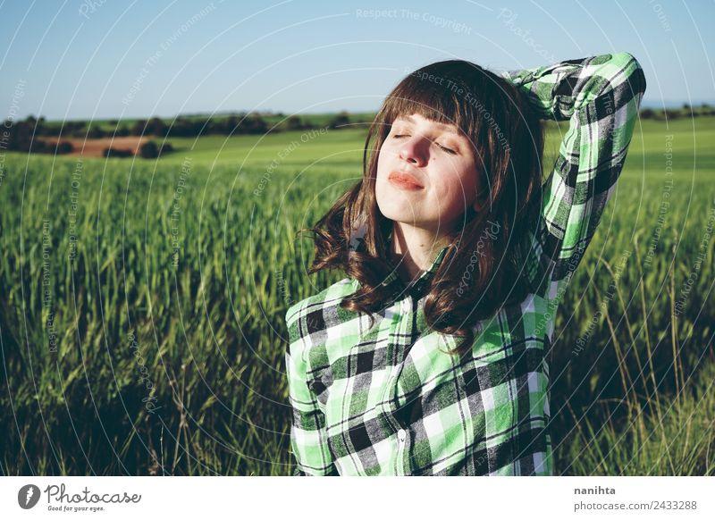 Junge glückliche Frau, die einen sonnigen Tag in der Natur genießt. Lifestyle Stil Freude Gesundheit Wellness harmonisch Sinnesorgane Erholung