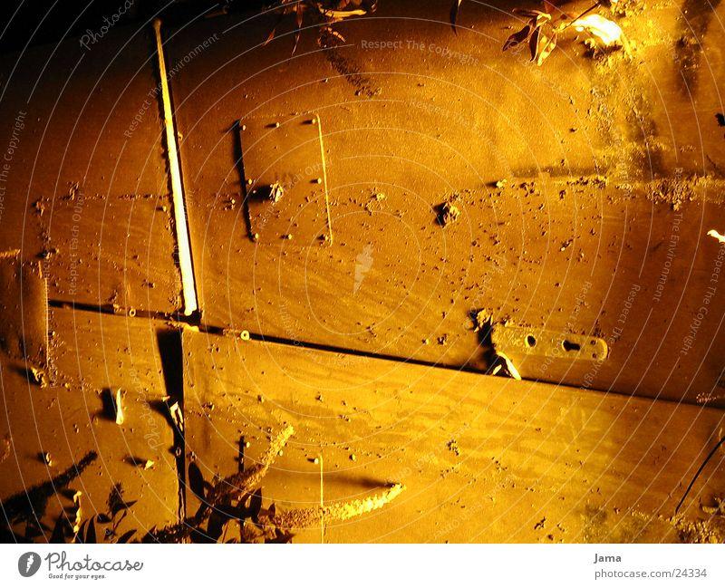 Tür zur Unterwelt Licht gelb Nacht Fototechnik alt Rost Spuren