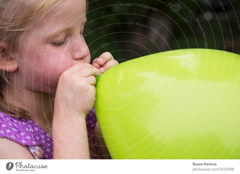 Sommersprossiges kleines Mädchen bläst riesigen grünen Luftballon auf Freizeit & Hobby Spielen Abenteuer Wissenschaften Kind Zirkus Show Dekoration & Verzierung