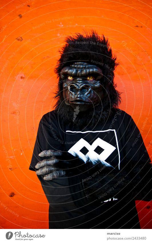 Gorilla Körper 1 Mensch Affen orange schwarz bedrohlich protestieren Kraft Stadt Körperhaltung Farbfoto Außenaufnahme Hintergrund neutral Tag Kontrast Porträt