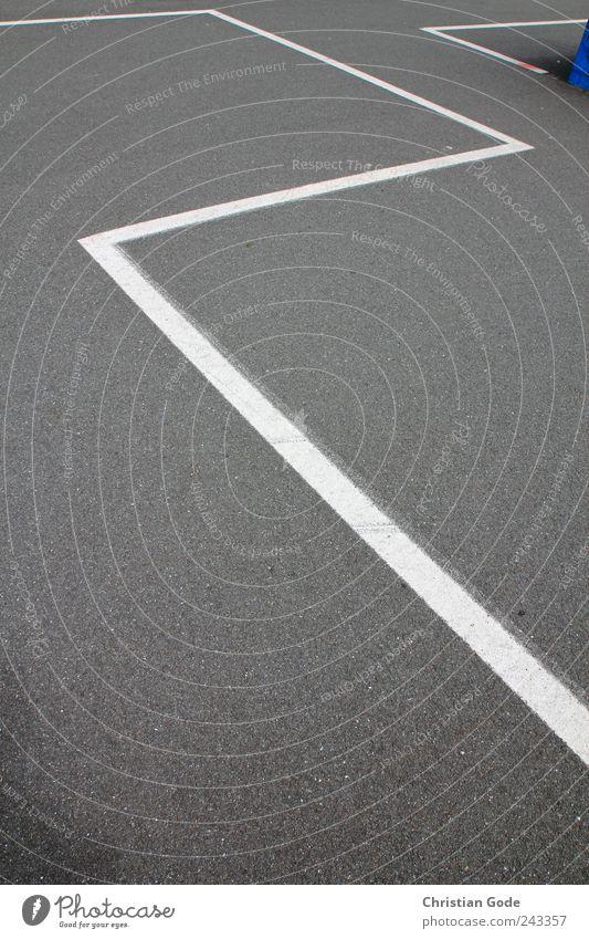 Zick Zick Zack Zack weiß grau Linie Beton Platz Boden Ecke Bodenbelag Streifen Asphalt diagonal Parkplatz eckig Zickzack rechtwinklig