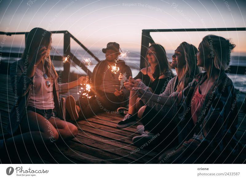 Freunde genießen den Sonnenuntergang mit Funkeln auf einem Pier. Freude Glück schön Freiheit Sommer Meer Mann Erwachsene Freundschaft Menschengruppe Natur