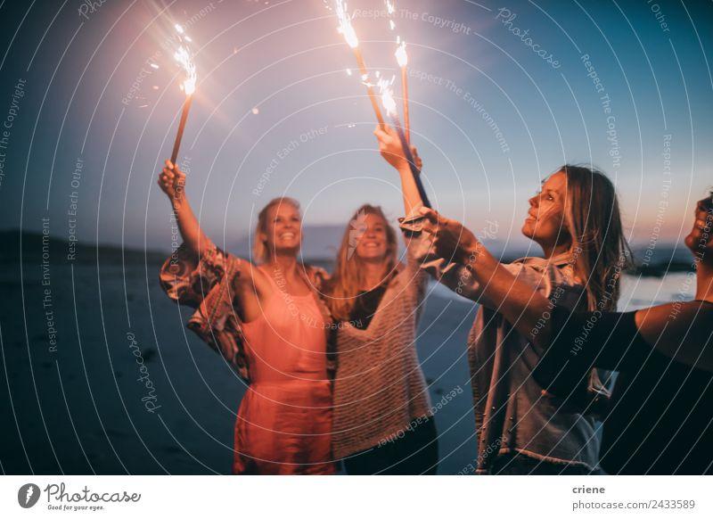 Gruppe von Freunden, die Silvester mit Wunderkerzen feiern. Lifestyle Freude Glück schön Leben Sommer Sonne Strand Meer Frau Erwachsene Freundschaft Natur Sand