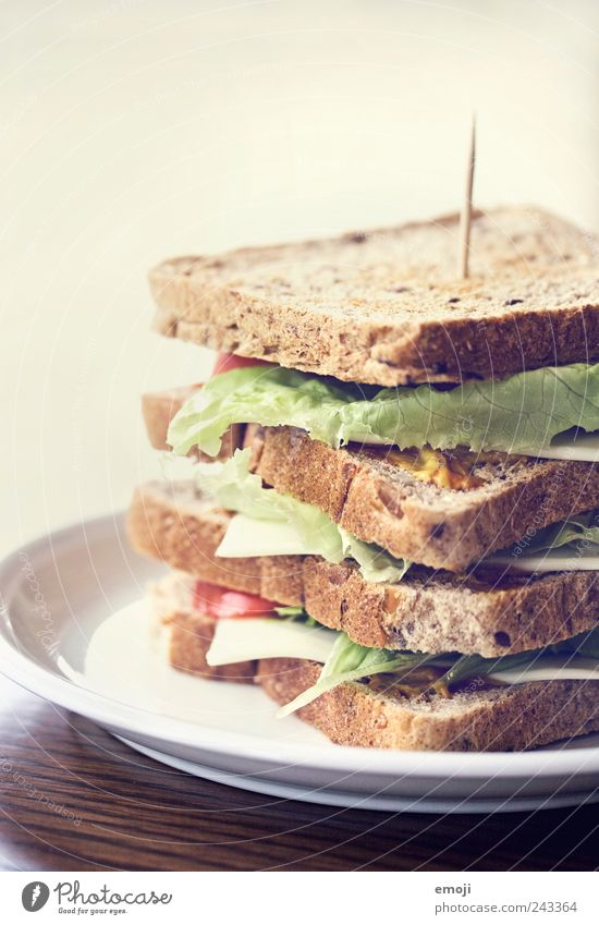 Clubsandwich Ernährung groß Getreide lecker Brot Teller Picknick Mittagessen Salatbeilage Salat Käse Belegtes Brot selbstgemacht Vegetarische Ernährung Toastbrot Fingerfood