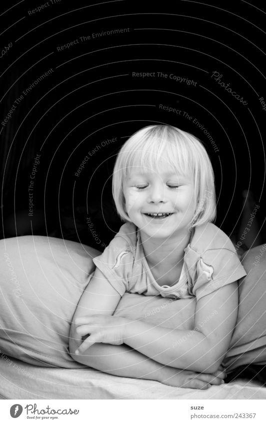 Smile Mensch Kind Mädchen Freude Gesicht klein lachen Kindheit blond liegen niedlich Lächeln Kleinkind Kissen 3-8 Jahre