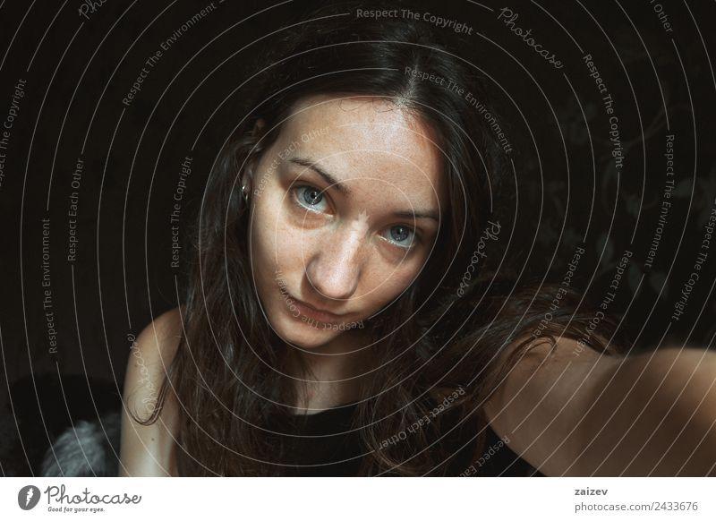 hübsches Mädchen, das ein Selbstporträt drinnen macht. Lifestyle Glück schön Gesicht Erholung Mensch feminin Junge Frau Jugendliche Erwachsene 1 18-30 Jahre