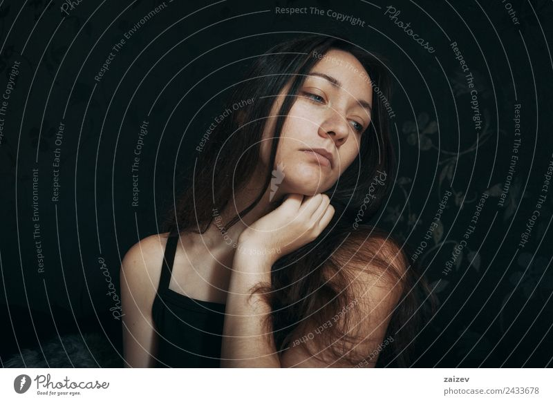 nachdenkliches Mädchen mit blauen Augen und gedrehtem Gesicht Lifestyle schön Erholung ruhig Mensch feminin Junge Frau Jugendliche Erwachsene Hand 1 18-30 Jahre