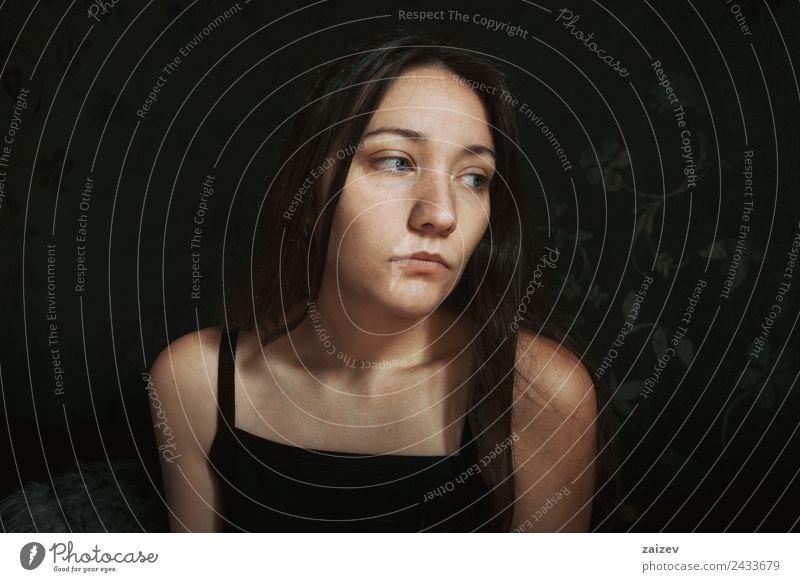nachdenkliches blauäugiges Mädchen, das seitwärts schaut. Lifestyle schön Gesicht Erholung Windstille Mensch feminin Frau Erwachsene Auge 1 18-30 Jahre