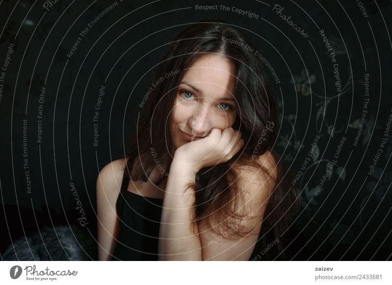fröhliche blauäugige Frau lächelnd Lifestyle Glück schön Gesicht Erholung Mensch feminin Junge Frau Jugendliche Erwachsene Hand 1 18-30 Jahre brünett genießen