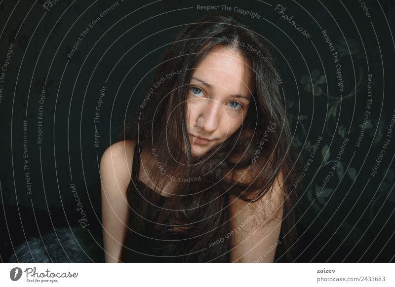 Frau Mensch Jugendliche Junge Frau Farbe schön Hand Erholung Einsamkeit dunkel 18-30 Jahre schwarz Gesicht Erwachsene Lifestyle natürlich