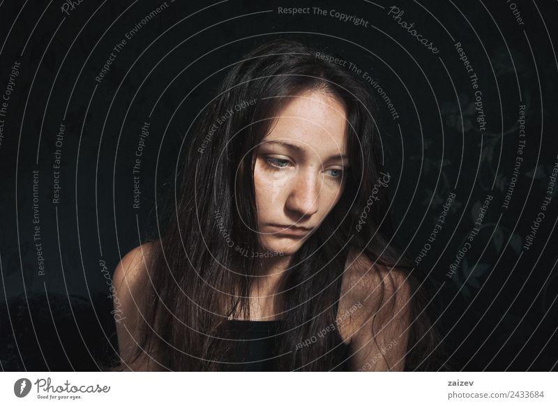 trauriges Mädchen, das nach unten schaut. Lifestyle schön Gesicht Erholung Windstille Mensch feminin Junge Frau Jugendliche Erwachsene Hand 1 18-30 Jahre
