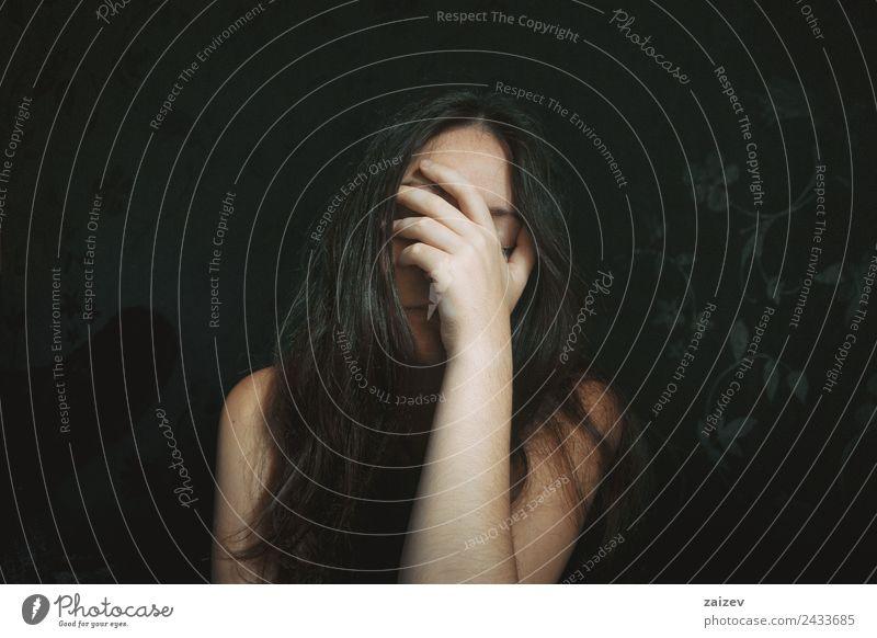 Langhaariges Mädchen mit Hand auf dem Gesicht Lifestyle schön Erholung Mensch feminin Junge Frau Jugendliche Erwachsene Kopf 1 18-30 Jahre brünett Denken