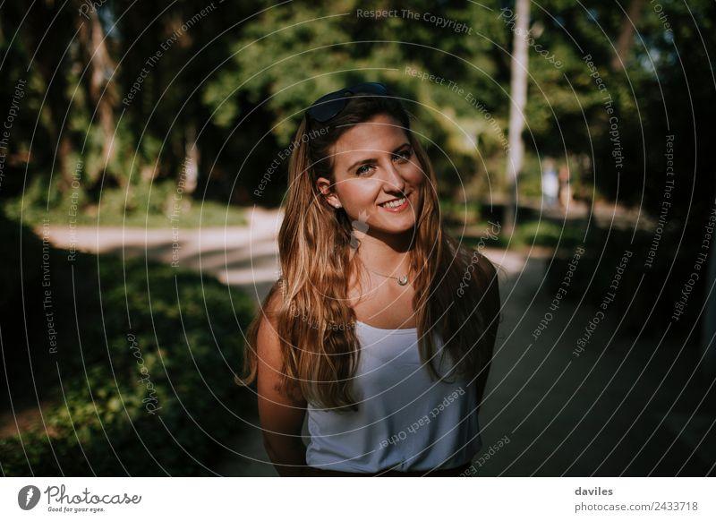 Glückliche blonde Frau lächelnd Freude Gesicht Garten Fotokamera Mensch Junge Frau Jugendliche Erwachsene 1 18-30 Jahre T-Shirt Lächeln authentisch feminin weiß