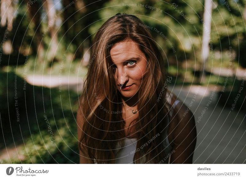 Süße blonde Frau, die auf das Kameraporträt schaut. schön Gesicht Garten Fotokamera Mensch Erwachsene Haare & Frisuren 1 18-30 Jahre Jugendliche T-Shirt Blick