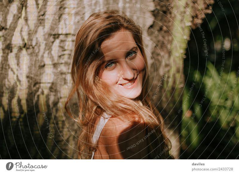 Nahaufnahme des Porträts eines glücklichen blonden Mädchens Glück schön Gesicht Ausflug Abenteuer Mensch Junge Frau Jugendliche Erwachsene 1 18-30 Jahre Baum