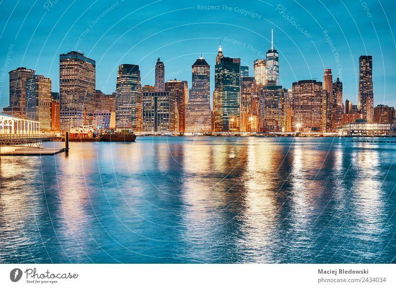 Die Skyline von Manhattan spiegelt sich in der Dämmerung im East River wider. Büro Stadt Stadtzentrum Hochhaus Gebäude Architektur außergewöhnlich elegant