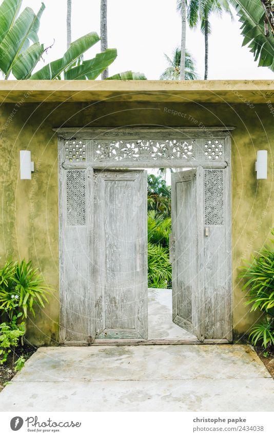 Wenn sich eine Tür schließt... Ferien & Urlaub & Reisen Ferne Haus Garten Schönes Wetter Thailand Mauer Wand alt authentisch exotisch offen Zugang Palme Holz