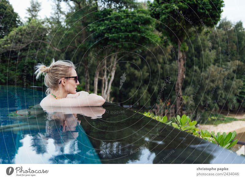Poolblick Ferien & Urlaub & Reisen Tourismus Sommerurlaub Junge Frau Jugendliche Erwachsene 1 Mensch 30-45 Jahre Erholung Schwimmbad Infinity-pool