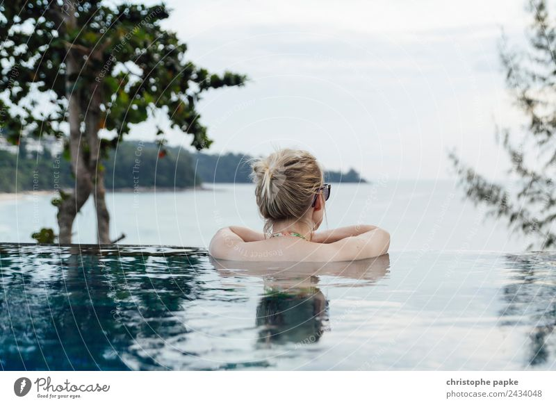Rückansicht einer blonden Frau  im Infinity Pool Wellness harmonisch Wohlgefühl Zufriedenheit Sinnesorgane Erholung ruhig Spa Schwimmbad Schwimmen & Baden