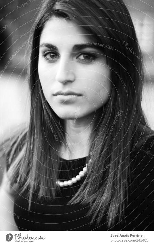 brav. Stil feminin Junge Frau Jugendliche Kopf Haare & Frisuren Gesicht 1 Mensch 18-30 Jahre Erwachsene Perlenkette Schmuck brünett langhaarig Blick schön