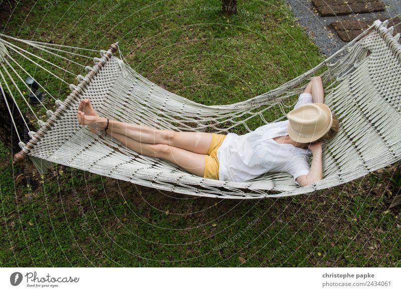 Zu heiß harmonisch Wohlgefühl Zufriedenheit Sinnesorgane Erholung ruhig Tourismus Sommerurlaub Junge Frau Jugendliche 1 Mensch liegen schlafen Hängematte Hut
